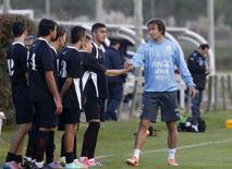 O capitão da seleção uruguaia Diego Lugano (direita) com seus colegas durante treinamento em Montevidéu. 19/5/2014  REUTERS/Andres Stapff
