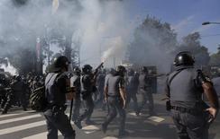 Polícia lança bomba da gás lacrimogêneo contra manifestantes em São Paulo. 12/06/2014 REUTERS/Ricardo Moraes