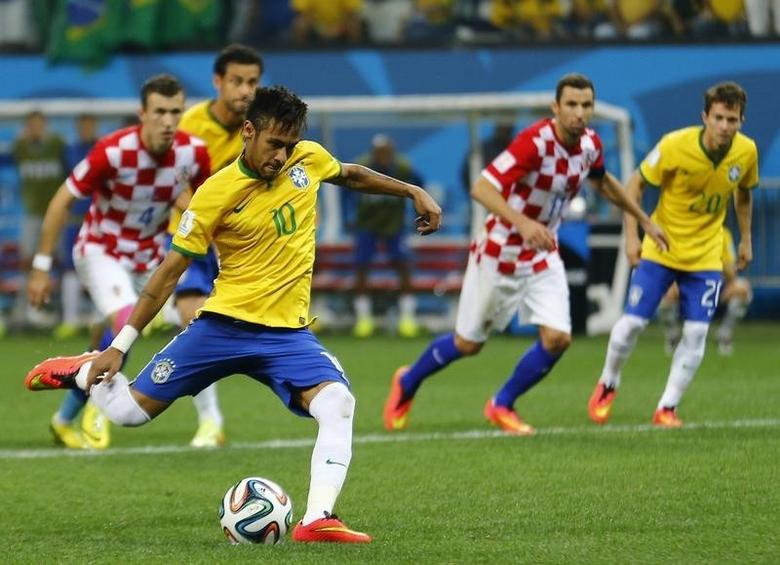 Brazil's Neymar scores from a penalty kick during the 2014 World Cup opening match between Brazil and Croatia at the Corinthians arena in Sao Paulo June 12, 2014. REUTERS/Ivan Alvarado