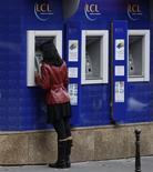LCL envisage la suppression d'un millier de postes d'ici à 2018 dans le cadre de la réorganisation de son réseau d'agences, a déclaré à Reuters un porte-parole de la banque confirmant ainsi une information de la presse française. /Photo d'archives/REUTERS/Charles Platiau