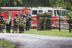 Policías y bomberos asissten el lugar de un pequeño accidente de avión en Harrison, Westchester County, en Nueva York, 13 de junio de 2014.  Un miembro de la poderosa familia Rockefeller murió el viernes cuando su avioneta se estrelló poco después de despegar de un aeropuerto al norte de Nueva York, dijo un portavoz de la familia.  REUTERS/Adrees Latif