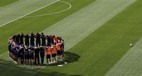 Seleção da Colômbia reunida antes de sessão de treino em Belo Horizonte. 13/6/2014 REUTERS/Leonhard Foeger
