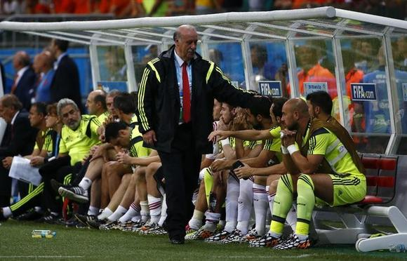 Spain's coach Vicente Del Bosque reacts near his players during their 2014 World Cup Group B soccer match against the Netherlands at the Fonte Nova arena in Salvador June 13, 2014. REUTERS/Michael Dalder