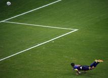 Jogador holandês Robin van Persie cabeceia para marcar gol contra a Espanha, na Arena Fonte Nova, em Salvador. 13/6/2014 REUTERS/Fabrizio Bensch