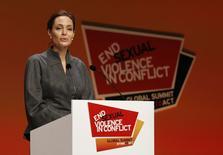 En la imagen, Angelina Jolie asiste a una cumbre sobre violencia sexual en guerras en Londres. 13 junio, 2014.  Reino Unido ha convertido a la oscarizada actriz Angelina Jolie en dama honoraria por sus servicios a la política internacional británica y su campaña para acabar con la violencia sexual en las zonas en guerra. REUTERS/Luke MacGregor