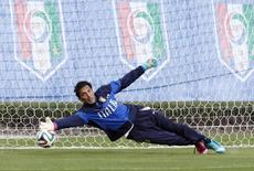 Italy's national goalkeeper Gianluigi Buffon makes a save during a training session ahead of the 2014 World Cup at the Portobello training center in Mangaratiba June 11, 2014.  REUTERS/Alessandro Garofalo