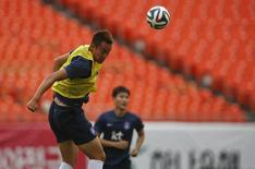 South Korea's Kim Shin-wook jumps for a header during a training session at the Sun Life stadium of Miami June 8, 2014.    REUTERS/Wolfgang Rattay
