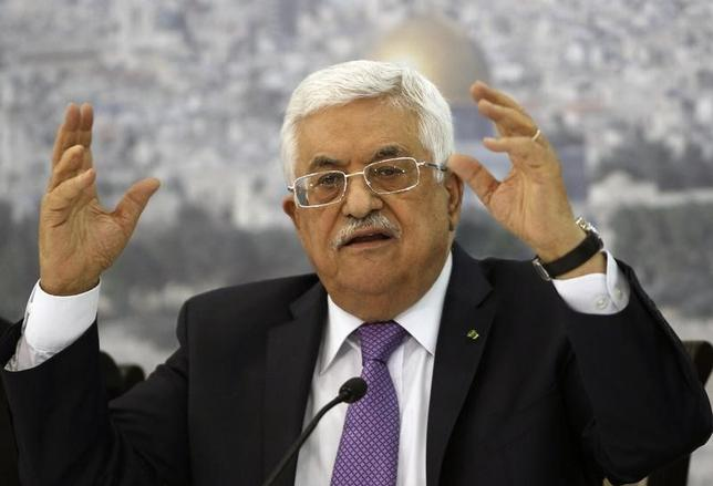 Palestinian President Mahmoud Abbas gestures as he meets Palestinian businessmen at his office in the West Bank city of Ramallah April 29, 2014.  REUTERS/Mohamad Torokman