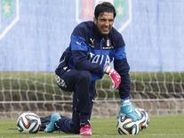Goleiro italiano  Gianluigi Buffon treina em no dia11 de junho.  REUTERS/Alessandro Garofalo