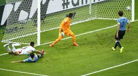 Oscar Duarte marca gol da Costa Rica contra o Uruguai neste sábado.  REUTERS/Mike Blake