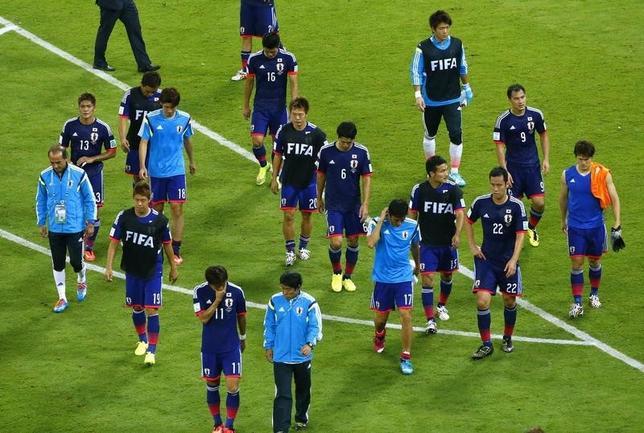 6月14日、サッカーのW杯ブラジル大会は各地で一次リーグの試合を行い、C組の日本はコートジボワールに1─2で逆転負けし、黒星スタートとなった。写真は試合後、スタジアムから去る日本代表選手ら(2014年 ロイター/Ruben Sprich)