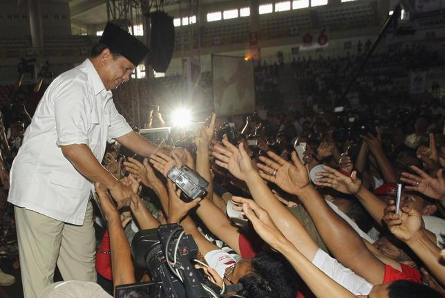 Indonesian presidential candidate Prabowo Subianto greets supporters during a campaign rally in Medan, North Sumatra June 11, 2014. REUTERS/YT Haryono