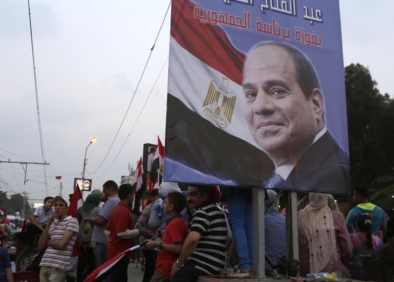 Egyptians celebrate after the swearing-in ceremony of President elect Abdel Fattah al-Sissi, in  front of the Presidential Palace in Cairo, June 8, 2014. REUTERS/Asmaa Waguih