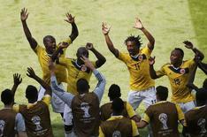 Time da Colômbia, que reclamou de atrasos devido a ação da segurança do Brasil, comemora gol em jogo contra a Grécia em Belo Horizonte. 14/6/2014.  REUTERS/Leonhard Foeger