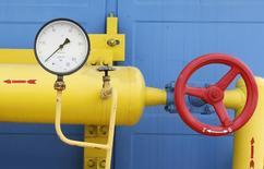 Датчик давления и вентиль на газовой станции в селе Мрин 21 мая 2013 года. Российский Газпром сообщил, что перевел Нафтогаз Украины на предоплату поставок газа с 10.00 МСК понедельника. REUTERS/Gleb Garanich