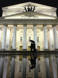 Пешеходы у здания Большого театра в Москве 12 октября 2011 года. Рабочая неделя в Москве будет прохладной и дождливой, прогнозируют синоптики. REUTERS/Anton Golubev