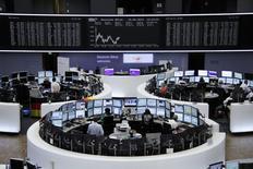 Les principales Bourses européennes étaient orientées à la baisse lundi à la mi-séance, les combats en Irak pénalisant les marchés d'actions au profit des valeurs refuge et contribuant à maintenir les cours du pétrole à des niveaux élevés. Vers 12h30, le CAC 40 perdait 0,44% à Paris, le Dax cédait 0,23% à Francfort et le FTSE reculait de 0,25% à Londres. /Photo prise le 16 juin 2014/REUTERS/Remote