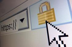 """En la imagen, un símbolo de un candado que simboliza una conexión encriptada, en un navegador de Internet Explorer en una fotoilustración en París, el 15 de abril de 2014. La compañía de seguridad en Internet Cloudflare dijo el jueves que ofrecerá toda su gama de servicios de forma gratuita a páginas web """"política o artísticamente importantes"""" que sufren ciberataques. REUTERS/Mal Langsdon/Files"""