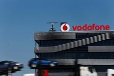 Vodafone annonce lundi l'acquisition de la société italienne Cobra Automotive Technologies pour 145 millions d'euros, une opération qui doit lui permettre de se développer dans l'électronique embarquée pour automobile. /Photo prise le 17 mars 2014/REUTERS/Susana Vera