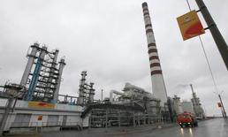 Вид на Ачинский НПЗ 28 октября 2013 года. Ачинский НПЗ Роснефти остановил переработку нефти на неопределённый срок после аварии, произошедшей в воскресенье вечером и приведшей к человеческим жертвам, сообщили источники в отрасли. REUTERS/Ilya Naymushin