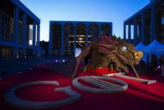 """Una estatua de dragon sobre la alfombra roja en la preparación para la premier de la cuarta temporada de la serie de HBO """"Game of Thrones"""" en Nueva York, 18 de marzo del 2014. El sangriento final de la cuarta temporada de la serie """"Game of Thrones"""", de HBO, tuvo una audiencia de 7,1 millones de televidentes, dijo el lunes la cadena, superando las 5,4 millones de personas que miraron el último episodio de la temporada pasada. REUTERS/Lucas Jackson"""