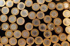 El real brasileño en una ilustración tomada en Rio de Janeiro, 15 de octubre de  2010. La moneda de Brasil registraba un leve avance frente al dólar en los primeros negocios del martes, en una sesión más corta de lo usual que se prevé tendrá un bajo volumen de operaciones por el partido entre Brasil y México en el Mundial de fútbol. REUTERS/Bruno Domingos