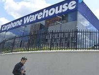 La Commission européenne s'apprête à accorder un feu vert sans condition à la fusion entre les distributeurs spécialisés britanniques Carphone Warehouse et Dixons Retail, selon deux sources au fait du dossier. /Photo d'archives/REUTERS/Toby Melville
