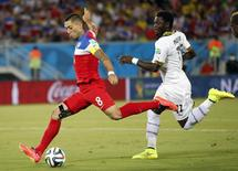 Clint Dempsey (L) of the U.S. shoots to score a goal past Ghana's Sulley Muntari during their 2014 World Cup Group G soccer match at the Dunas arena in Natal June 16, 2014.    REUTERS/Toru Hanai