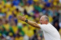 Técnico brasileiro, Luiz Felipe Scolari, grita instruções a seus jogadores durante partida contra o México na Arena Castelão, em Fortaleza. 17/6/2014 REUTERS/Marcelo Del Pozo