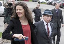 O cantor Paul Simon e sua mulher, a cantora Edie Brickell, deixam o Supremo Tribunal de Norwalk, em Norwalk, Connecticut, nos Estados Unidos, em maio. 16/05/2014  REUTERS/Michelle McLoughlin