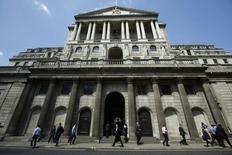 Люди проходят мимо здания Банка Англии в Лондоне 15 мая 2014 года. Регуляторы Банка Англии были удивлены тем, что рынки не учли в ценах высокий шанс повышения ключевой ставки в этом году, свидетельствует протокол заседания Центробанка от 4-5 июня. REUTERS/Luke MacGregor
