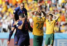 Robin van Persie comemora gol da Holanda enquanto australianos lamentam.  REUTERS/Edgard Garrido