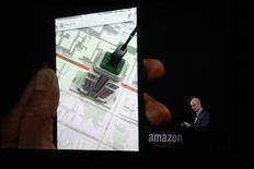 """Le directeur général d'Amazon.com Jeff Bezos a présenté mercredi à Seattle """"Fire"""", le premier smartphone du groupe, qui sera disponible à partir du 25 juillet et est équipé d'un écran de 4,7 pouces permettant de visualiser des cartes ou des images en 3D. /Photo prise le 18 juin 2014/REUTERS/Jason Redmond"""