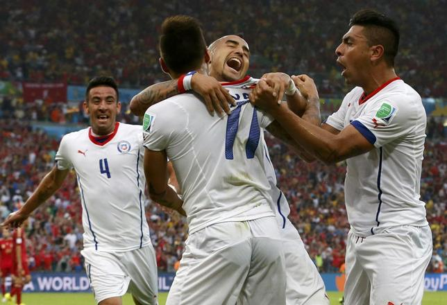 Chile's Mauricio Isla, Eduardo Vargas, Arturo Vidal and Gonzalo Jara (L-R) celebrate after their first goal during their 2014 World Cup Group B soccer match against Spain at the Maracana stadium in Rio de Janeiro June 18, 2014. REUTERS/Jorge Silva