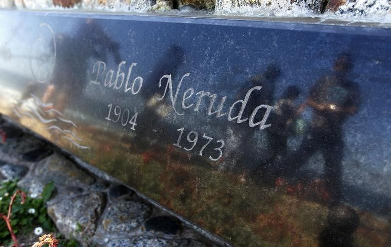 A view of the tombstone of Chilean poet and Nobel laureate Pablo Neruda inside the grounds of his house-museum in the coastal town of Isla Negra, about 106 km (66 miles) northwest of Santiago April 7,  2013. REUTERS/Eliseo Fernandez