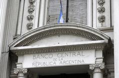 L'Argentine menace de faire défaut sur sa dette. Le gouvernement affirme qu'il lui sera impossible d'honorer le paiement des intérêts dus le 30 juin après une nouvelle décision défavorable de la justice américaine. /Photo d'archives/REUTERS/Enrique Marcarian