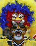 Болельщик сборной Колумбии во время матча между Колумбией и Грецией в Белу-Оризонти 14 июня 2014 года. Сборная Колумбии сыграет в четверг с командой Кот-д'Ивуара в матче группы С чемпионата мира по футболу в Бразилии. REUTERS/Sergio Perez