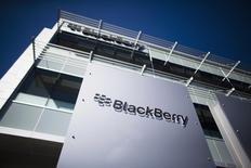 BlackBerry affiche une perte ajustée moins importante que prévu au premier trimestre en dépit d'une baisse de son chiffre d'affaires. /Photo d'archives/REUTERS/Mark Blinch