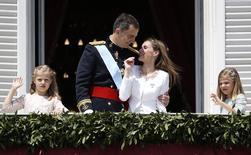 El nuevo rey de España, su esposa la reina Letizia y sus hijas, las princesas Sofía y Leonor, saludan desde el balcón presidencial en el Palacio Real en Madrid, 18 de junio de 2014.  Plebeya, periodista de éxito y divorciada. Con este bagaje, Letizia Ortiz se convirtió el jueves en la primera reina consorte sin sangre azul de la historia de España tras la coronación de Felipe VI. REUTERS/Andrea Comas