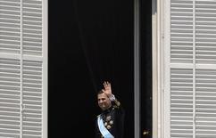 El nuevo rey de España, Felipe VI, saluda desde el balcón del Palacio Real en Madrid, 18 de junio de 2014. Felipe de Borbón y Grecia se convirtió en el rey Felipe VI de España después de una vida dedicada a prepararse para suceder a su padre, Juan Carlos I, que abdicó por problemas de salud entre escándalos que dañaron la imagen de la Corona.  REUTERS/Eloy Alonso