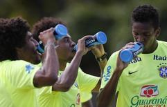 Dante, Willian e Jô partiicpam de treino da seleção em Teresópolis. 13/06/2014. REUTERS/Marcelo Regua