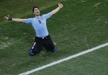 Atacante uruguaio Luis Suárez celebra gol em partida contra Inglaterra, na Arena Corinthians, em São Paulo. 19/6/2014 REUTERS/Paulo Whitaker