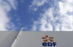 EDF, à suivre vendredi à la Bourse de Paris. Le gouvernement a annulé l'augmentation de 5% des tarifs de l'électricité au 1er août. /Photo d'archives/REUTERS/Vincent Kessler