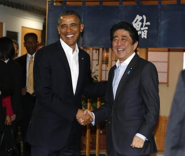 写真は4月23日、オバマ米大統領と安倍首相の非公式夕食会の会場となった東京・銀座「すきやばし次郎」前で撮影(2014年 ロイター/Larry Downing)