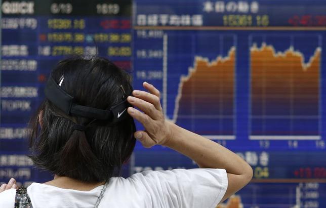 6月20日、来週の東京株式市場は良好な地合いが続きそうだ。短期的な過熱感はくすぶるものの、需給環境が好転しているといい、市場の先高期待は強い。写真は都内の株価ボード。19日撮影(2014年 ロイター/Yuya Shino)