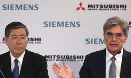 President and Chief Executive Officer of Siemens AG Joe Kaeser (R) and Mitsubishi Heavy Industries Chief Executive Shunichi Miyanaga attend a news conference after a meeting with French government in Paris June 17, 2014. REUTERS/Christian Hartmann