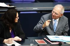 Imagen de Wolfgang Schäuble hablando con su compañera en el Gobierno alemán, la ministra de Trabajo Andrea Nahles, en una sesión de la Cámara Baja del Parlamento, el Bundestag, en Berlín, el 23 de mayo. No hay necesidad de discutir nuevas medidas del Banco Central Europeo para acelerar una inflación peligrosamente baja en la zona euro antes de que las iniciativas que ya se anunciaron tengan posibilidades de surtir efecto, dijo el ministro de Finanzas alemán Wolfgang Schäuble. REUTERS/Thomas Peter