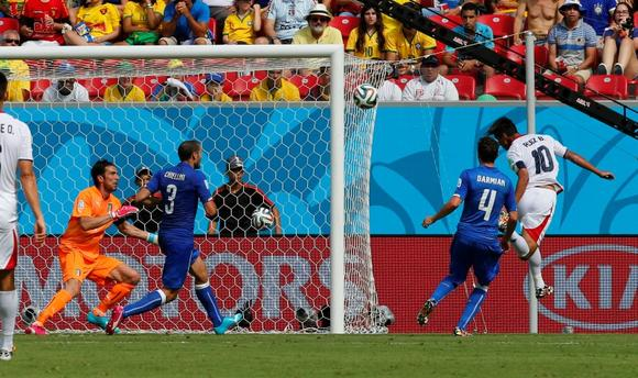 Costa Rica's Bryan Ruiz (R) scores past Italy's goalkeeper Gianluigi Buffon (L) as Giorgio Chiellini (2nd L) and Matteo Darmian watch during their 2014 World Cup Group D soccer match at the Pernambuco arena in Recife June 20, 2014. REUTERS/Yves Herman (BRAZIL  - Tags: SOCCER SPORT WORLD CUP)   - RTR3UVNL