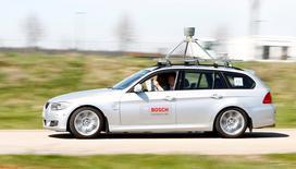 """Des constructeurs automobiles allemands envisagent d'équiper les voitures autonomes de """"boîtes noires"""", une idée qui aura peut-être du mal à faire son chemin dans un pays où le principe de la surveillance passe mal mais qui pourrait peut-être aussi donner un coup de fouet à ce nouveau mode de conduite. /Photo d'archives/REUTERS/Michaela Rehle"""