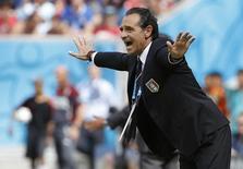 Técnico da Itália, Cesare Prandelli, orienta equipe durante partida contra a Costa Rica em Recife. 20/06/2014.  REUTERS/Yves Herman